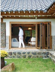 한옥건축가가 사는 살림집, 현대한옥-아파트의 장점을 접목한 현대식 한옥예록건축사무소의 이상길 소장은 현대 건축의 경험을 바탕으로 한옥에 아파트의 장점을 두루 접목해온 건축가다. 그가 현대식으로 변모한 한옥에 사는 이야기를 들려주었다오래되어 더 좋은 곳이상길 소장은 원래 현대 건축을 하던 사람이다. 늘 비슷한 소재, 비슷..