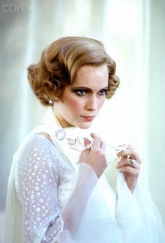 American actress Mia Farrow in character as Daisy Buchanan in a publicity portrait for the film, 'The Great Gatsby,' adapted from the novel by F Scott Fitzgerald, Get premium, high resolution news photos at Getty Images Youtubers, Mia Farrow, Star Wars, Wedding Hairstyles With Veil, The Great Gatsby, New Image, Celebrity Photos, American Actress, Actors & Actresses