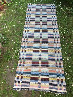 Tradera ᐈ Köp & sälj begagnat & second hand Picnic Blanket, Outdoor Blanket, Textiles, Rag Rugs, Second Hand, Retro Vintage, House Design, Quilts, Crochet