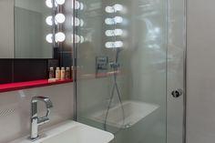 Hôtel La Parizienne – Chambre Capricieuse avec salle de bain et produits d'accueil Nuxe - Elegancia Hotels #hotel #paris