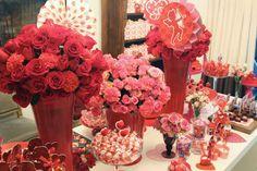 Chá de cozinha vermelho e rosa casamentos mesa de doces decoração com flores (Decoração: Clarissa Rezende)