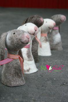 Niedliche Eierwärmer für Ostern, kleine Hasen / cute egg stands for easter and… Felt Diy, Felt Crafts, Diy And Crafts, Arts And Crafts, Felt Puppets, Finger Puppets, Critters 3, Wool Art, Interesting Faces