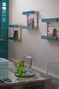Support for books with handmade pallets Palet Shelf, Bauhaus, Diy Bottle Lamp, Pallet Counter, Pallet Frames, Pallet Sofa, World Crafts, Shelves, Cabinet