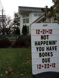 Ovelaa. Kaksi kirjastokylttiä samaan hintaan ja huumori kaupan päälle
