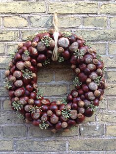 Pin by Myriam on Wreaths Acorn Crafts, Pine Cone Crafts, Fall Crafts, Diy And Crafts, Autumn Wreaths, Christmas Wreaths, Christmas Crafts, Christmas Decorations, Holiday Decor
