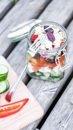 Den Hirtenkäse mit Olivenöl übergießen und mit Oregano bestreuen, dann in Stücke schneiden.  Das Gemüse waschen. Die Tomaten vierteln, die Paprika in Streifen schneiden und die Gurke würfeln. Die Zwiebel in Ringe schneiden.  Alle Zutaten in eine Schüssel geben. Das Dressing aus Olivenöl, Zitrone, Salz und Pfeffer anrühren und über die Zutaten geben. Dressing, Vegetables, Food, Lemon, Red Peppers, Tomatoes, Meat, Onions, Pepper