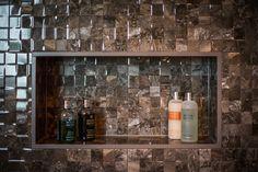 Badkamer, douche Dark Bathrooms, Marble Bathrooms, Art Of Living, Liquor Cabinet, Toilet, Furniture, Design, Home Decor, Lush