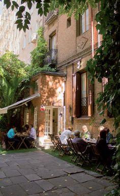 Donde Mónica es un restaurante con un precioso jardín, un lugar acogedor y familiar a un paso de la milla de oro madrileña.