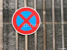 Verkehrszeichen im strengen Halteverbot auf einem Parkplatz in Oerlinghausen in Ostwestfalen