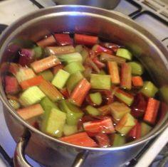 Opskrift til hjemmelavet rabarbersaft er perfekt som en forfriskende saft til sommerens varme dage. Nemt og hurtigt at lave og giver en flot farve.