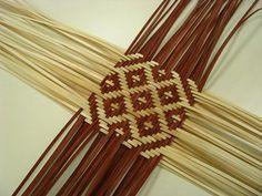 Risultati immagini per basket weaving patterns Flax Weaving, Bamboo Weaving, Paper Weaving, Weaving Art, Loom Weaving, Weaving Designs, Weaving Projects, Basket Weaving Patterns, Hawaiian Crafts