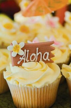 Who doesn't love a Hawaiian party? 2 Love Birds designed all the stationery including invitations, menus & more! Luau Theme Party, Aloha Party, Hawaiian Luau Party, Hawaiian Birthday, Luau Birthday, Hawaii Cupcakes, Tropical Cupcakes, Tropical Party, Summer Cupcakes