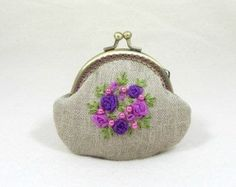 Linen coin purse, hand embroidered coin purse, embroidered linen purse, floral linen pouch, organza ribbon purse by JRsbags on Etsy Embroidery Purse, Ribbon Embroidery, Coin Purse Tutorial, Inexpensive Christmas Gifts, Pink And Purple Flowers, Frame Purse, Organza Ribbon, Quilted Bag, Change Purse