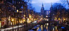 En este crucero recorreréis los canales de Ámsterdam cuando la ciudad se viste de gala, al anochecer, y disfrutaréis de una selección de quesos y vinos. Amsterdam, New York Skyline, Wall Art, Luxury, Travel, Cruise, Candles, Cities, Viajes