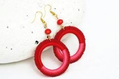 Round earrings in two colors: red and pink by lindapaula on Etsy Pendientes de ganchillo.
