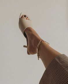 Share, rate and discuss pictures of Rosie Huntington-Whiteley's feet on wikiFeet - the most comprehensive celebrity feet database to ever have existed. Look Rock, Heels Outfits, Sandals Outfit, Funky Shoes, New Shoes, Boat Shoes, Exclusive Shoes, Beige Heels, Shoes