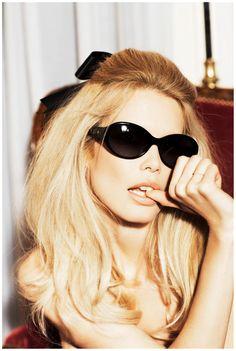 Claudia Schiffer- celebrity hair-celebrity hairstyles-celebrity hair cuts-celebrity hair 2016-celebrity hair color- blonde- sunglasses- sleek style- full hair- sexy