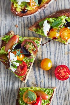 When it comes to avocado toast, the best slices go well beyond two ingredients. If you require further proof, let us present this caprese avocado toast. All the components of a caprese salad recipe — (Kitchen Ingredients Breakfast Recipes) Avocado Toast, Avocado Breakfast, Tostadas, Mediterranean Diet Breakfast, Mediterranean Recipes, Guacamole, Avocado Salat, Pizza, Balsamic Glaze