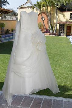 Vestido de novia de Val colgando de un Hanging Love color plata