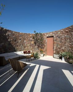 Casa Ronda by Marina Vella Arquitectura Urbanismo. To build this seaside house in Peru, Lima-based architect Marina Vella sourced stone from a nearby mountain. Archdaily Mexico, International Style, Top 5, Hotel Spa, Architecture Design, House Plans, New Homes, Peru, Exterior