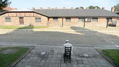 Francisco se sentó solo, en silencio y con los ojos cerrados durante más de diez minutos para rezar por Auschwitz