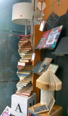 Window display bookstore Etalage boekhandel  Door http://facebook.com/JollandahNijLibben
