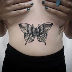 Un papillon sur votre ventre. | 49 idées sublimes de tatouages noir et gris