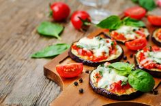 pizza eggplant with tomatoes and Basil by Arzamasova. pizza eggplant with tomatoes and Basil. Aubergine Pizza, Eggplant Pizzas, Beef Skillet Recipe, Skillet Meals, Quick Recipes, Meat Recipes, Cooking Recipes, Avocado Salat, Diet Inspiration