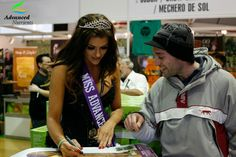 Advanced Nutrients calendar girl Borisa signing autograph for one of her fan.