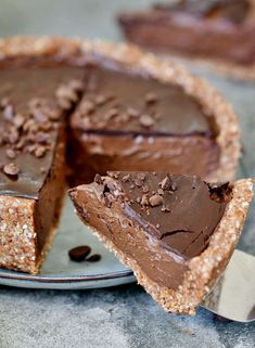 The best vegan chocolate pie with 2 surprising ingredients which are healthy! This no-bake cake is dairy-free, egg-free, gluten-free, and easy to make. Easy Chocolate Pie, Chocolate Hazelnut Cookies, Best Vegan Chocolate, Melting Chocolate Chips, Dairy Free Chocolate, Tart Recipes, Cookie Recipes, Köstliche Desserts, Delicious Desserts