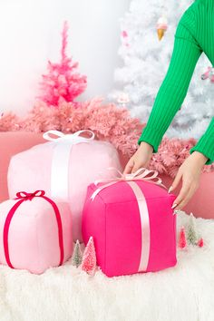 These are amazing present style pillows 🌟Tante S!fr@ loves this📌🌟 DIY Holiday Present Pillows Christmas Decor Diy Cheap, Pink Christmas Decorations, Holiday Crafts, Christmas Holidays, Xmas, Christmas Mantles, Homemade Christmas, White Christmas, Christmas Ornaments