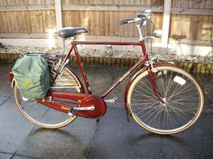 Raleigh's one time flag ship model in Red, you don't find these very often. Raleigh Bicycle, Raleigh Bikes, Retro Bicycle, Old Bicycle, Vintage Cycles, Vintage Bikes, Look Bicycles, Townie Bike, Bicicletas Raleigh