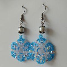 Náušnice - modré kytičky  Náušnice jsou vyrobeny z kvalitní Jablonecké bižutérie. Náušnice jsou s afroháčky + gumová zarážka proti vypadnutí z ucha. http://btlr.me/10tgWvv