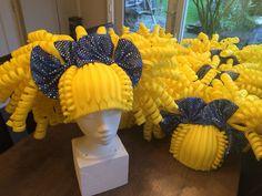 Gele foam pruiken. Yellow foam wigs.