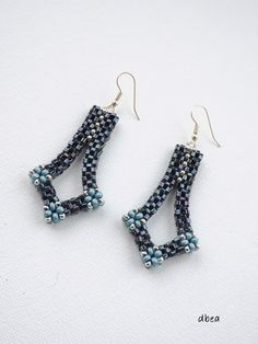Nice design by Magamrol a Budapest artist - Seed Bead Jewelry, Seed Bead Earrings, Beaded Jewelry Patterns, Bracelet Patterns, Beaded Rings, Beaded Bracelets, Handcrafted Jewelry, Jewelery, Creations