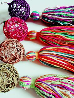 ESFERAS DE MIMBRE Y BORLA LANA String Crafts, Yarn Crafts, Diy And Crafts, Macrame Projects, Craft Projects, Diy Tassel, Tassels, Diy Hanging Shelves, Felt Fabric