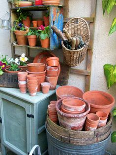 Potting Bench Ideas - Want to know how to build a potting bench? Our potting bench plan will give you a functional, beautiful garden potting bench in no time! Garden Junk, Garden Planters, Planter Pots, Garden Sheds, Potting Station, Le Hangar, Pot Storage, Potting Tables, Terracota