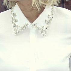 Chemise blanche et col bijoux portée par Caroline Receveur #LeMag