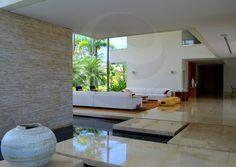 O piso em mármore italiano e as enormes janelas com esquadrias em aço inox estão entre os acabamentos que traduzem o refinamento, além dos sistemas de automação que controlam persianas, iluminação e o som ambiente da residência.