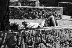 Schwarz-Weiss-Fotografie eines schlafenden Mannes auf einer Wiese auf der Insel La Reunion Site, Portrait, Painting, Sleeping Man, White Photography, Island, Monochrome, Men Portrait, Painting Art