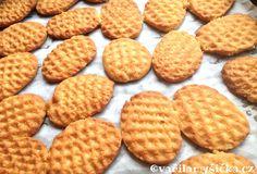 Vyrobit dětem plech sušenek není nic složitého. Tentokrát jsem zkusila klasické máslové, které vynikají svojí křehkostí. Vynechala jsem klasický cukr a místo něj použila sladký sirup.