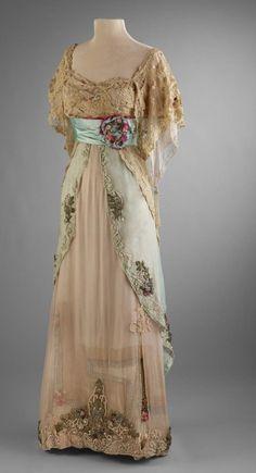 Historical fashion and costume design. Edwardian Gowns, Edwardian Clothing, Edwardian Fashion, Vintage Fashion, Victorian Dresses, Steampunk Fashion, Vintage Clothing, Fashion Fashion, Vintage Gowns
