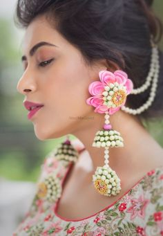 We Just Found The Newest Type of Floral Jewellery & Its Gorge! Flower Jewellery For Haldi, Lehenga Jewellery, Indian Wedding Jewelry, Indian Bridal, Indian Jewelry, Bridal Jewelry, Flower Jewelry, Indian Earrings, Bridesmaid Jewelry