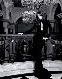 Vestido negro de lentejuelas con escote de lágrima.