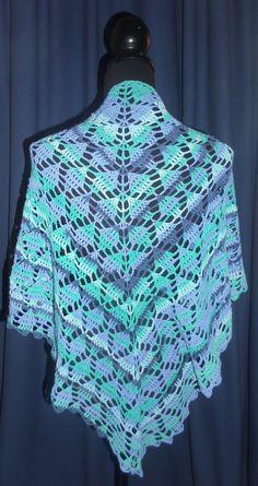 Op internet zag ik ergens een voor mij nieuw patroontje opduiken van een omslagdoek. Ik had er meteen zin in om de omslagdoek te gaan haken....