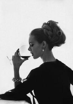 Shrimptons, Boyds, Asher, Faithfull And More — Vintage Vogue 1962 Monique Chevalier ~ Photo Bert. Vintage Vogue, Vintage Glamour, Vintage Beauty, 1960s Fashion, Vintage Fashion, Woman Wine, Vogue Magazine, Photo Instagram, Gentleman Style