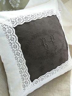 I like the idea but not the grey color ! Sewing Pillows, Diy Pillows, Decorative Pillows, Throw Pillows, Cushion Covers, Pillow Covers, Sewing Crafts, Sewing Projects, Linens And Lace