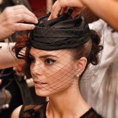 Ultimi ritocchi perima degli scatti ufficiali ;) Hairdress @annamadonia MakeUp @lisa_toppi #instaitaly_photo #instaitalian #fascinator #instagood #instadaily #instalike #madeinitaly #arte #artigianato #artigian #cappello #hat #style #fashion #womenfashion by rinaldelli1930