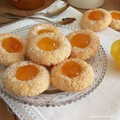 biscotto buonissimo cocco e marmellata Biscuits, Italian Pastries, Biscotti Cookies, Shortcrust Pastry, Italian Cookies, Cookie Bars, Chocolates, Italian Recipes, Sweet Recipes