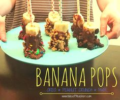This is the perfect frozen dessert to beat the heat this summer! Chocolate covered bananas with Oreo, Resse's and Peanuts! #chocobananas #summertreats